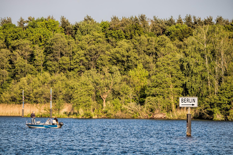 Zwei Angler in einem Boot auf einem See bei Berlin.