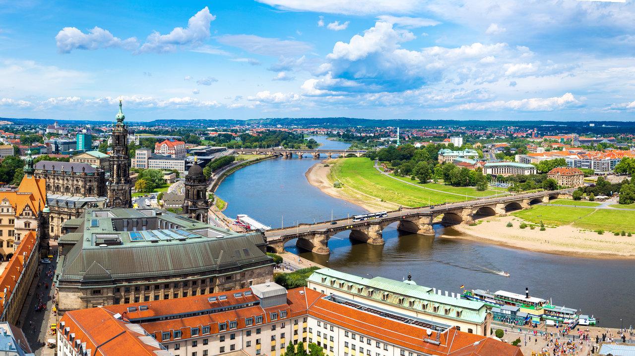 Blick auf Dresden mit der Elbe und zwei Brücken.