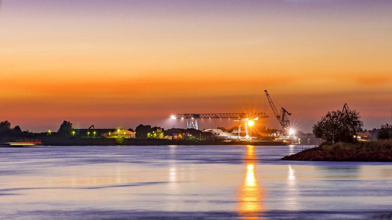Blick auf den Duisburger Hafen bei Sonnenuntergang.