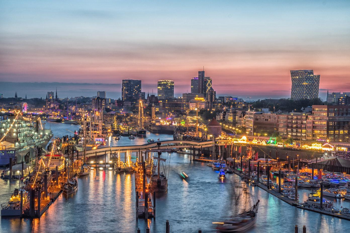 Ein Blick über den Hamburger Hafen bei Nacht.