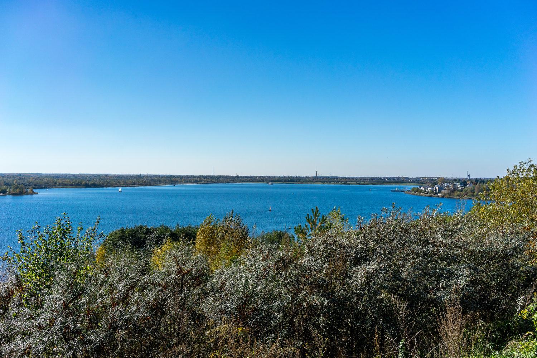 Der Markkleeberger See bei Leipzig unter blauem Himmel.