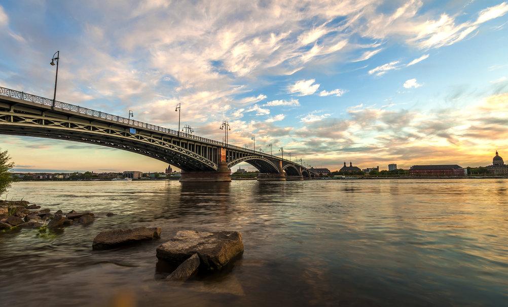 Eine Brücke über den Rhein in Mainz bei Sonnenuntergang.