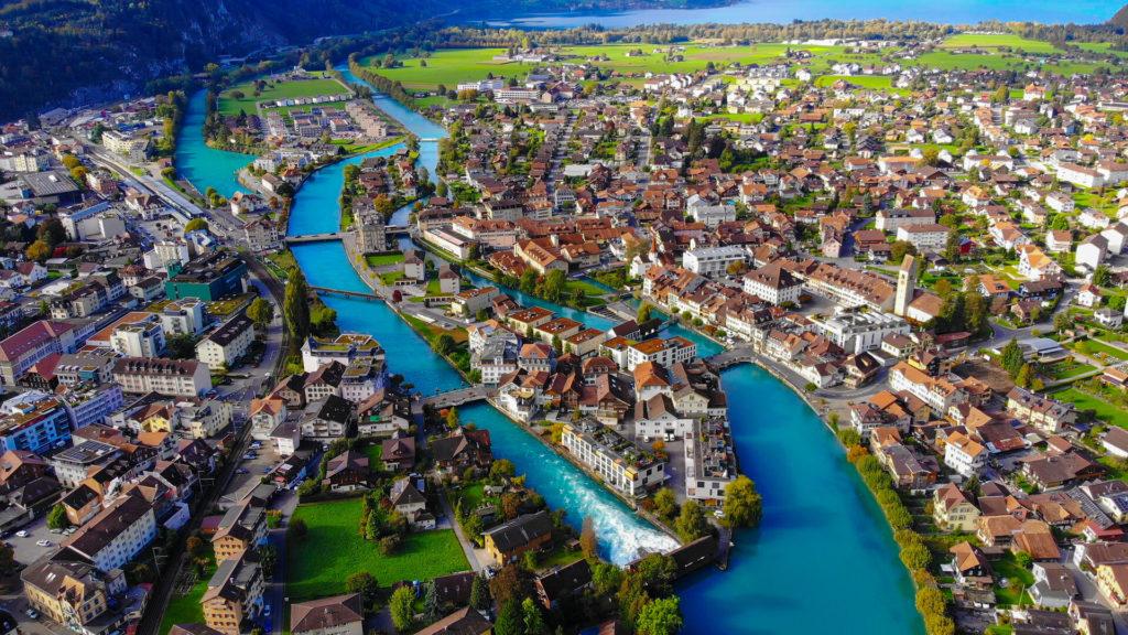 Ein Luftbild der Aare und dem Schiffskanal in Interlaken. Am oberen Rand des Bildes ist der Thunersee zu sehen.