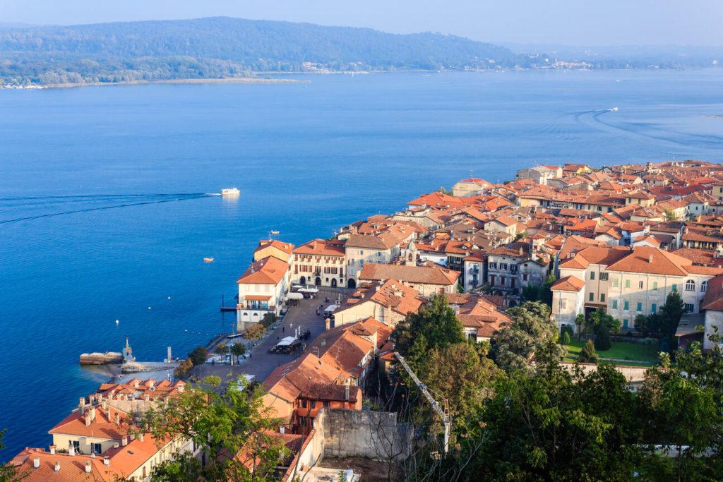 Ein Luftbild der Altstadt von Arona am Lago Maggiore, mit Blick über den See.