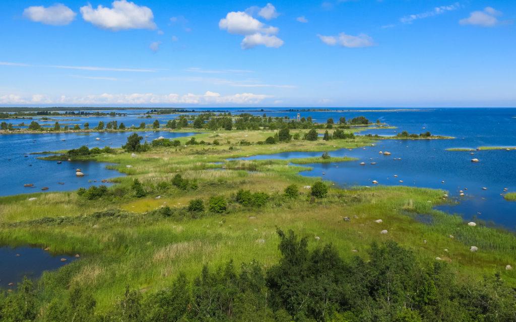 Blick über das Kvarken Archipel bei Vaasa mit viel grüner Landschaft und Meer auf allen Seiten.